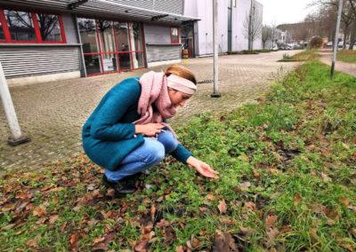 Imke Bodendieck bei der Pflanzensuche